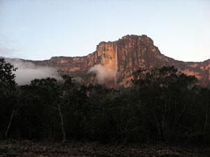 Водопад Анхель - самый высокий водопад в мире и главная достопримечательность Венесуэлы - вид с берега реки Чурун на рассвете 22 марта 2008 года.