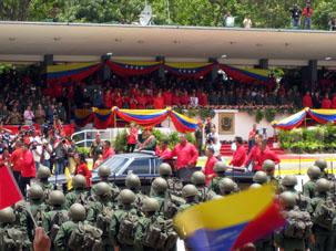 Президент Боливарианской Республики Венесуэлы Уго Рафаэль Чавес Фриас часто надевает мундир подполковника парашютистов, как например на параде на бульваре Просерес в Фуэерте Тиуна в городе Каракасе, столице страны.
